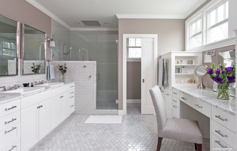 Colour accents of a his and her bathroom